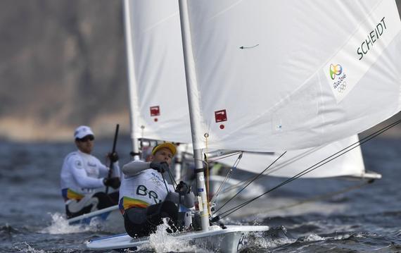 新华社里约热内卢8月17日体育专电(记者冷彤 公兵)参加里约奥运会帆船帆板男女470级奖牌轮比赛的选手们17日白白等了一天。他们一直盼望的风没能如期而至。国际帆船联合会不得不做出了将这两个项目的奖牌轮延后到18日举行的决定。   男子470级的夺冠热门、克罗地亚队的组合之一西梅凡泰拉对此比较淡定:这只不过是多一天比赛而已。我们之前曾经历过这样的天气。我期待着明天的到来,好享受比赛。   目前排名第三名的澳大利亚队的威尔瑞恩也表示:这是体育赛事的一部分。我们难就难在要每天靠天来比赛。我们已经比赛