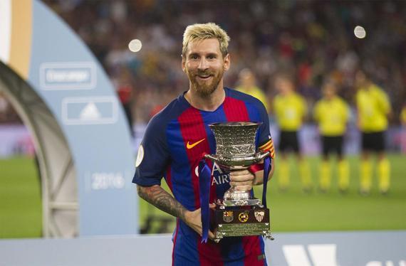 梅西举起冠军奖杯