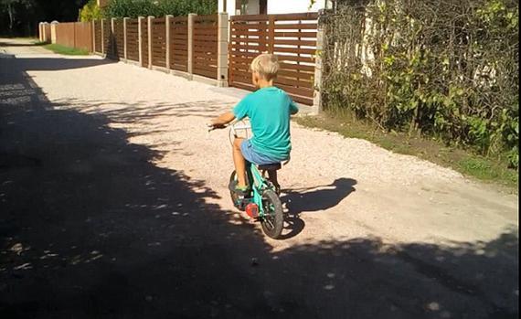 拉脱维亚父亲为儿子改装电动自行车