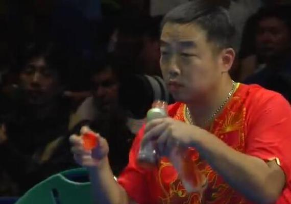 刘国梁发球手速超机器人 多角度变速疾如风(GIF)