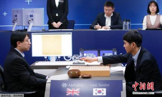 """3月15日,韩国九段棋手李世石与""""阿尔法围棋""""在韩国首尔进行第五场对弈。"""