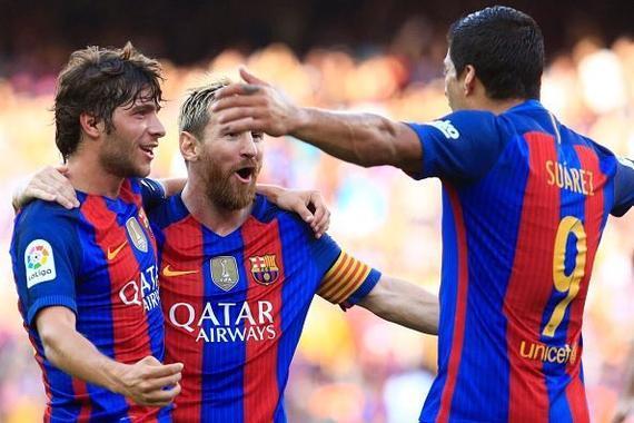 梅西与队友庆祝进球