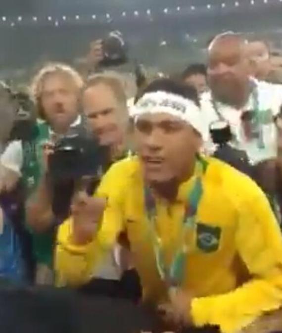 内马尔怒骂球迷