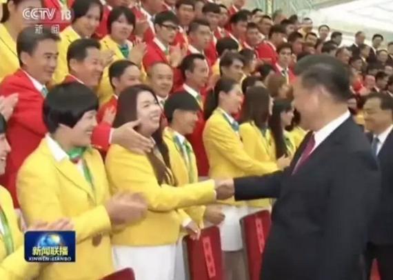 《新闻联播》记录冯珊珊与习主席握手