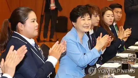 韩国总统朴槿惠和奥运健儿在一起