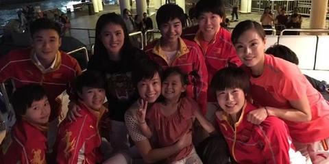张怡宁携爱女合影众奥运冠军