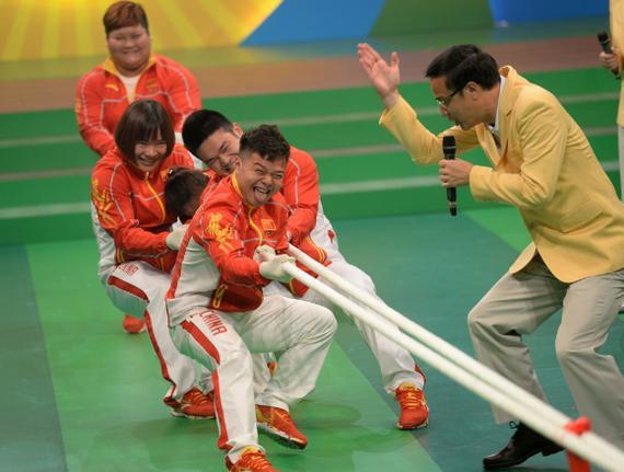图:五名奥运举重金牌运动员与50小朋友拔河较劲/大公报记者林良坚摄