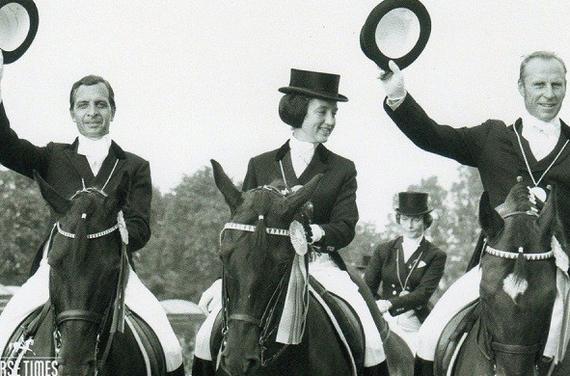 1972年奥运会,苏联夺得马术盛装舞步团体赛冠军,左起:基齐莫夫、佩图什科娃、卡利塔。