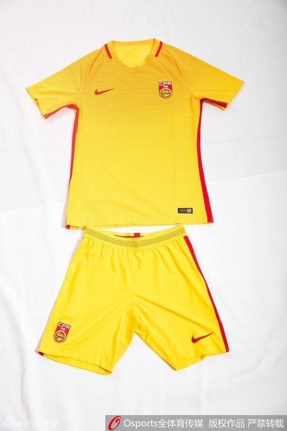 国足球衣和球裤都将穿黄色款
