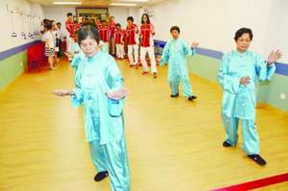 郎平、惠若琪与老友记耍太极。