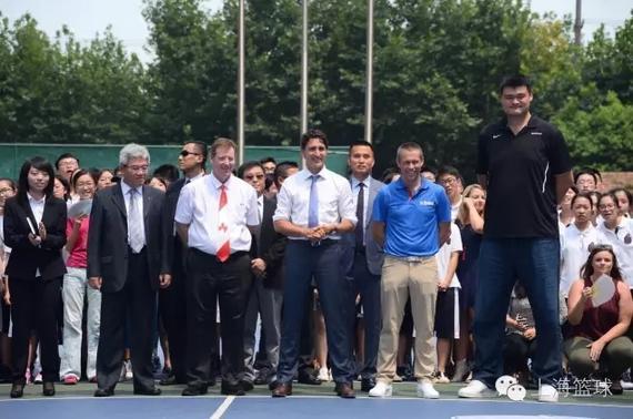 转自公众号上海篮球   昨天上午,来华访问并出席二十国集团领导人(G20)杭州峰会的加拿大总理贾斯廷杜鲁多来到上海南洋模范中学南校区,和姚明以及NBA中国首席执行官舒德伟来了一场以求会友,三人化身教练带队进行了一场友谊赛。   姚明首先欢迎了杜鲁多的到访,表示感谢杜鲁多特地来到这里和中国的年轻人亲密接触,鼓励青少年发展。杜鲁多则表示非常敬佩姚明在全球范围内都成为了年轻人的正面榜样,而自己更是觉得培养年轻一代是作为国家领导人的重中之重,甚至笑称自己不仅仅是加拿大总理,更是加拿大小朋友们的总理,希望年