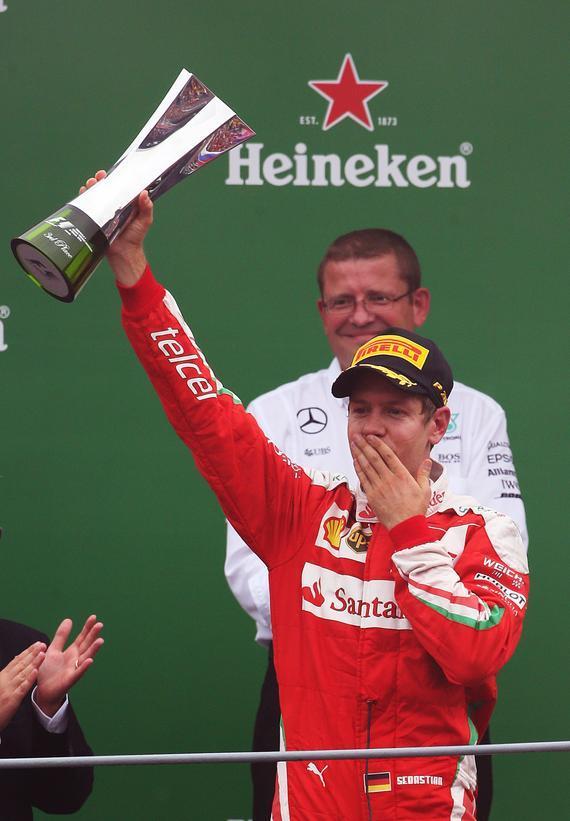 法拉利车队维泰尔举起季军奖杯