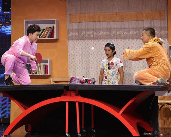 邓亚萍和老公在乒乓球桌上打球