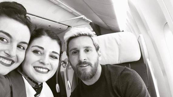 梅西与空乘人员合影