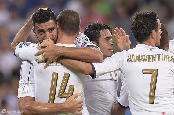 意大利队友祝贺佩莱进球