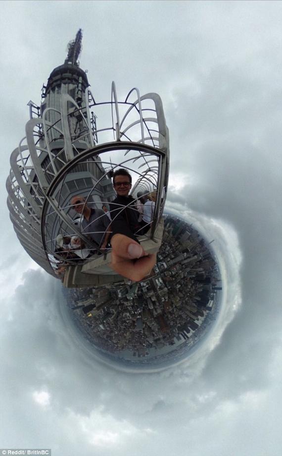 旅客在帝国大厦顶层俯瞰纽约