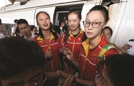 三位女排姑娘刚下火车就被围起来