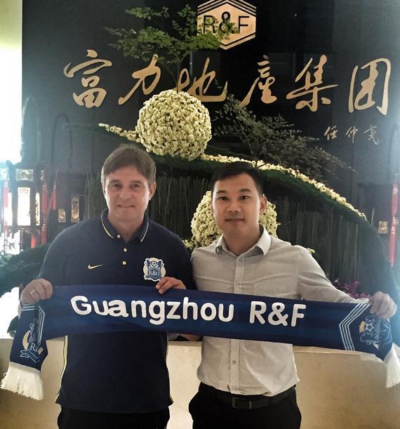 广州富力俱乐部副董事长黄盛华与主教练斯托伊科维奇完成续约后合影。