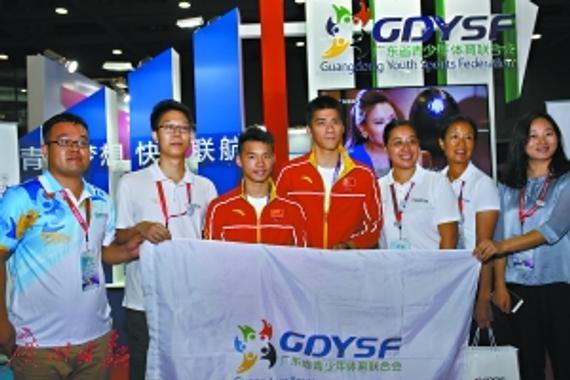 傅海峰、陈艾森现场入会,身体力行对省青体联表示支持。   广州日报记者 廖艺 摄