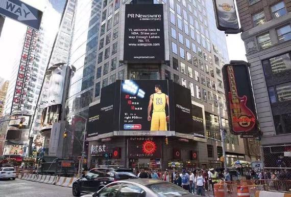 阿联的身影登上了时代广场