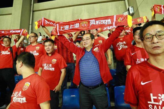上港俱乐部老总隋国扬与球迷同台助势