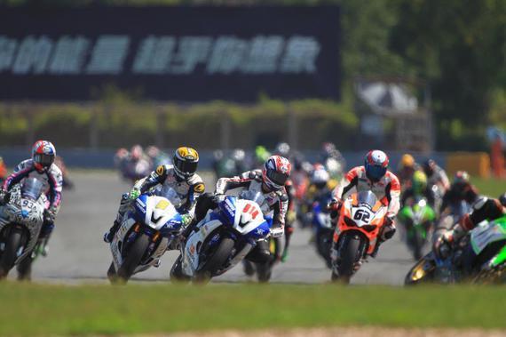 ZIC超级摩托车组赛 群车过弯