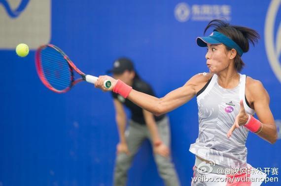 王蔷在比赛中(图片来自武汉网球公开赛官方微博)