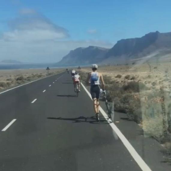 铁三选手遇机械故障 带车跑27km自行车赛段并