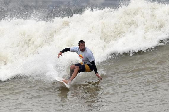 钱塘江国际冲浪对抗赛激战三日 澳大利亚逆转折桂