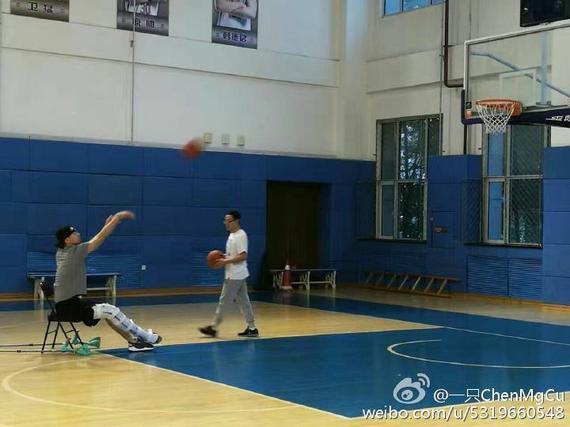 李晓旭坐在轮椅上投篮