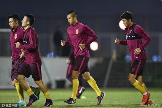 国足锻炼备战乌兹别克斯坦
