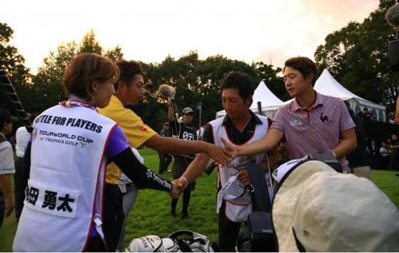 池田勇太(左)与宋永汉相约周一
