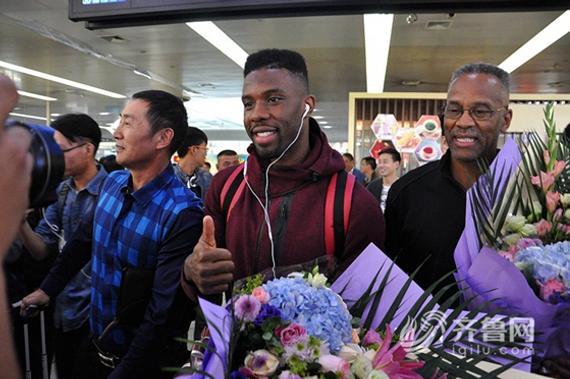 诺里斯-科尔抵达济南遥墙国际机场