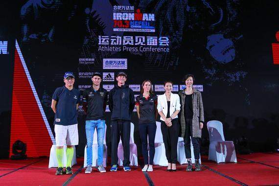 中外铁人三项运动员代表合影