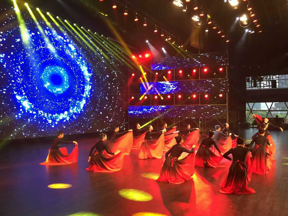 舞动中国总决赛角逐激烈进行:裙子穿男人跳舞游泳训练池图片