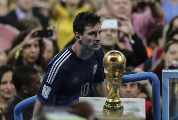 梅西遥望世界杯的情境……
