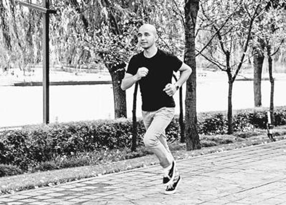 女子慢跑10年:天天1小时或6千米,每步都向高兴进军。
