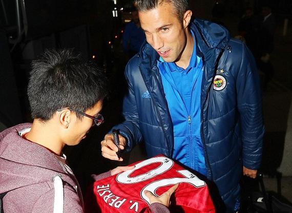 范佩西在自己的曼联球衣上签名