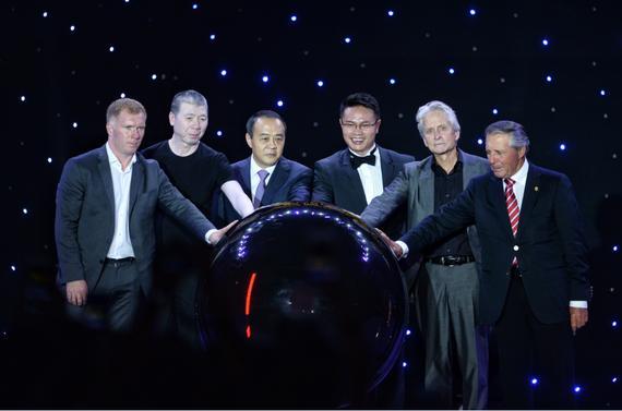 观澜湖集团主席朱鼎健(右三)和道格拉斯(右二)、冯小刚(左二)、斯科尔斯(左一)等嘉宾启动明星赛开幕