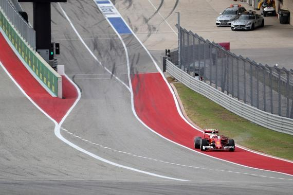 莱科宁在完成第三次进站后,刚驶出维修区赛车右后胎就出现状况
