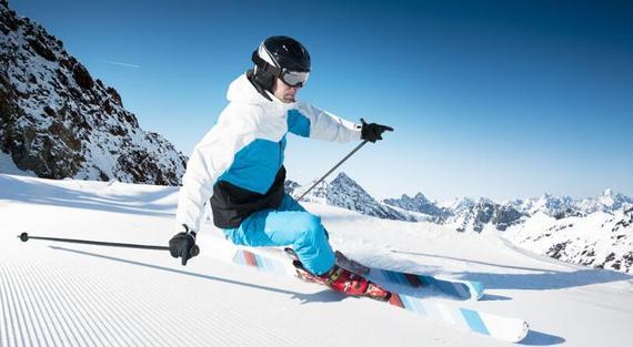 冬天即将来临,在冬季,滑雪可是热门项目了,那么如何选择滑雪装备呢?   滑雪最重要的装备是滑雪板、脱落器、附件垫板、滑雪鞋、滑雪杖、滑雪服、手套、帽子、太阳镜。我们一一来分析。   对初学者来说,直接租用雪场的雪具最方便。现在国内各大雪场基本都是国际品牌,每年也会汰换旧雪具。如果初学者需要购买,建议选用入门级,并不是越高档的雪具越好。最好用的雪具与你自身的滑雪水平相当,才能保证练习的效果,并且让你体验到滑雪的乐趣。   滑雪板:   一般滑雪板有木质、玻璃纤维和金属之分,木质的轻而价格便宜,但易受潮变