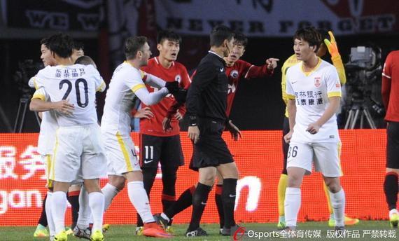 辽足球员比赛中抗议