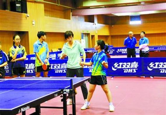 张怡宁指导学生打球。 体友摄