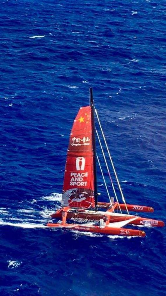 美艘救援船已靠近青岛号,现场白色大三角帆落入水中。