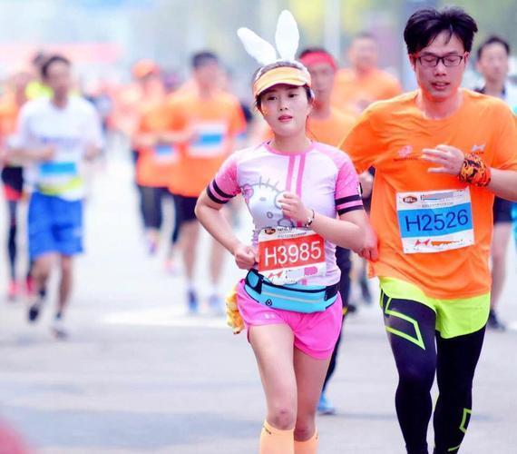 舟山马拉松红玫瑰领跑兔:跑步满足我的精神需求