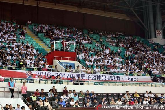 场面毫不亚于广州恒大足球队主场比赛时的热闹