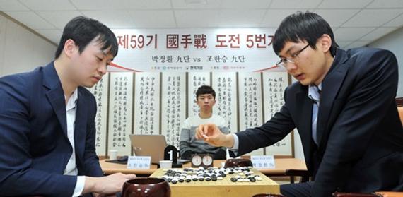 图为本年1月韩国第59届国手战应战棋决胜局的一幕。本年国手战处于停办形态,给韩国最具传统的对弈留住了污点。