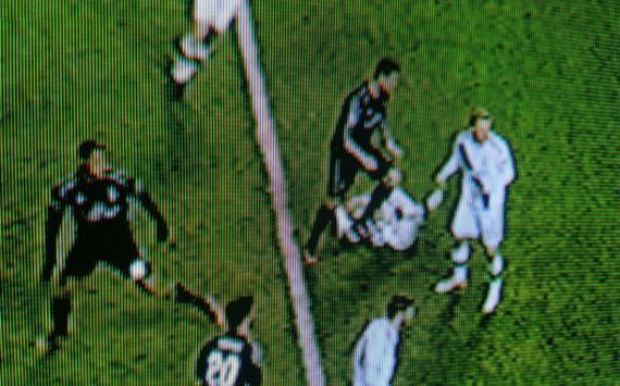 C罗踩到了对手