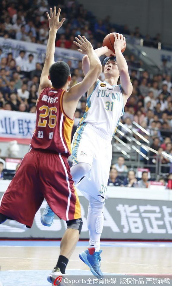 王哲林在第二轮比赛中穿了违规的袜子