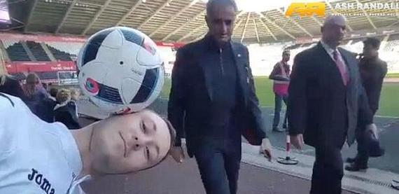 穆帅一巴掌打掉球迷头上足球 狂人也玩冷幽默
